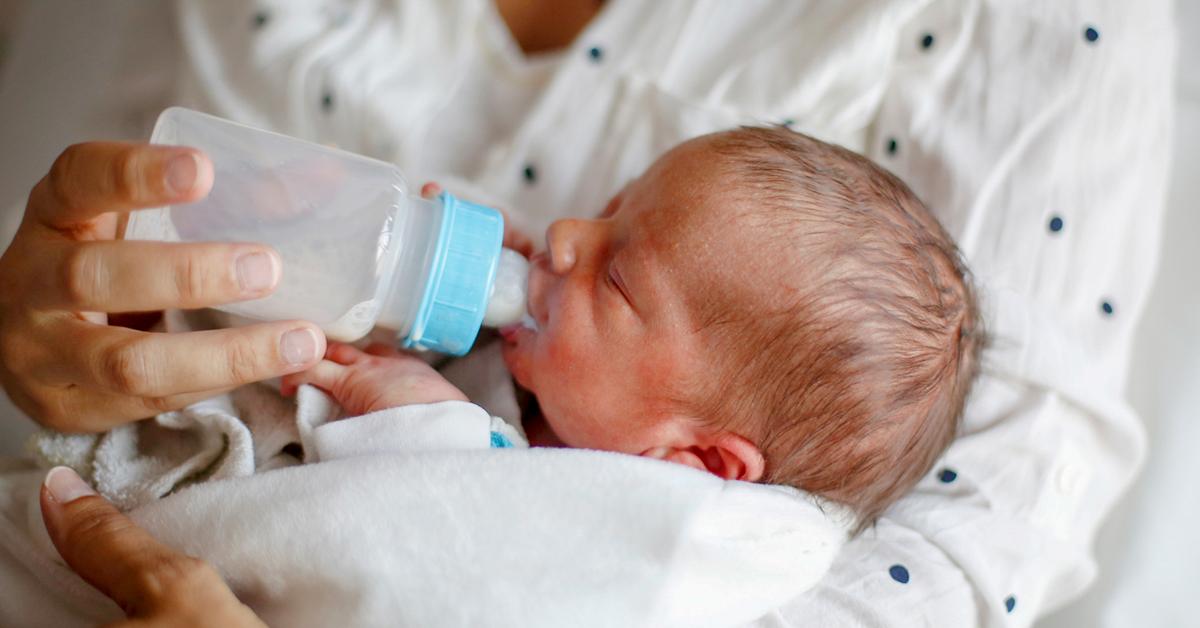 خارج شدن شیر از کنار دهن نوزادان در هنگام خوردن شیر